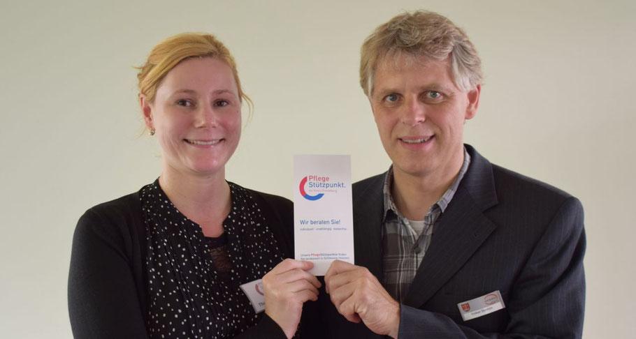 Theresa Wildgrube, die neue Beraterin in Quickborn, stellt gemeinsam mit Fachbereichsleiter Volker Dentzin das Angebot des Pflegestützpunktes vor.