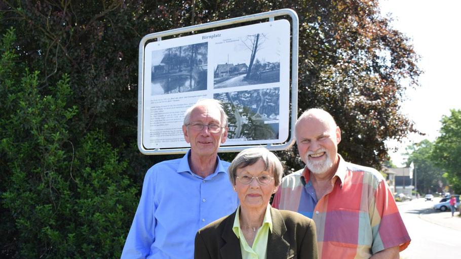 Klaus H. Hensel, Irene Lühdorff und Thomas Dänecke enthüllten die Informationstafel (v.l.)