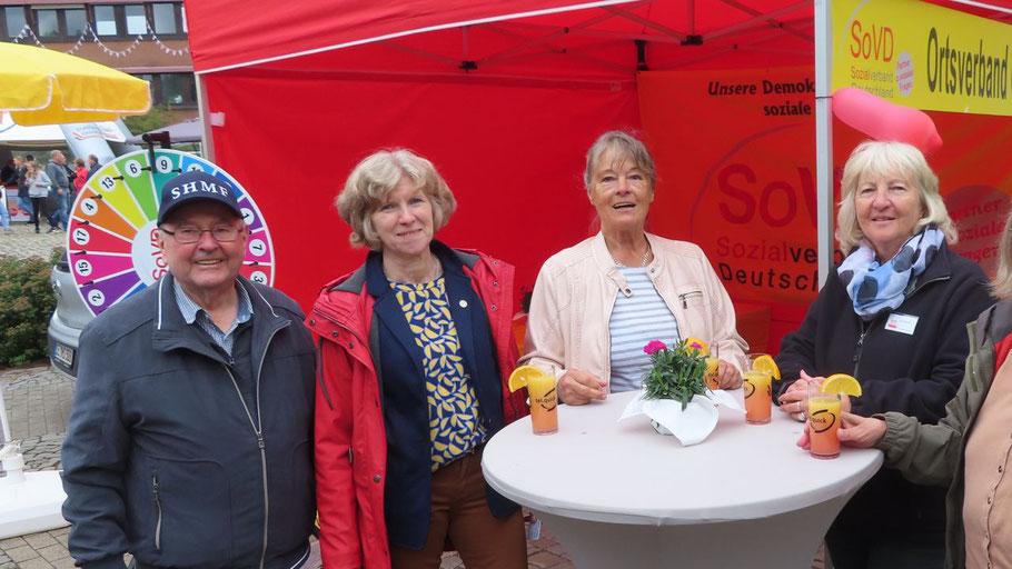 Beim Sozialverband Deutschland luden Rolf Schröder, die Vorsitzende Heike Schröder, Margret Stüpfert und Eva Streblow zum Drehen eines Glücksrades ein. Gewinner konnten sich über Süßigkeiten freuen.