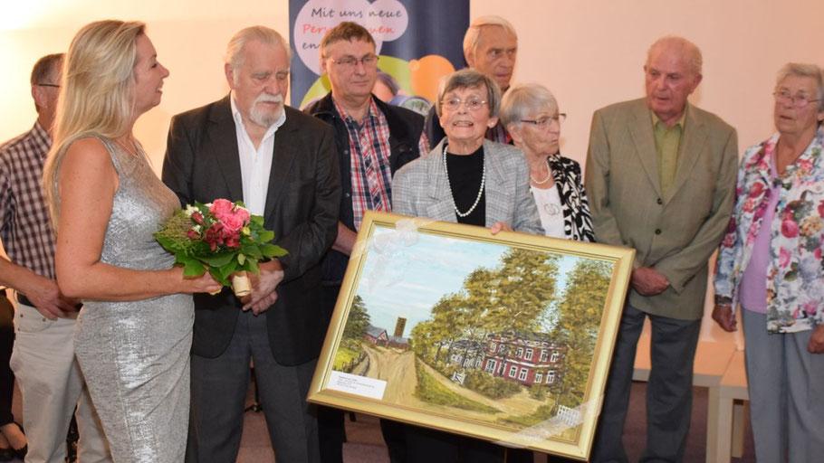 Als Anerkennung für die ehrenamtliche Arbeit der Geschichtswerkstatt erhielt Irene Lühdorff als Leiterin vom Bürgermeister ein Bild des alten Rathauses.
