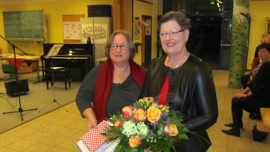 Schulrätin Adelia Schuldt (l.) dankte Ute Schmidt-Lewerkühne für ihre Arbeit