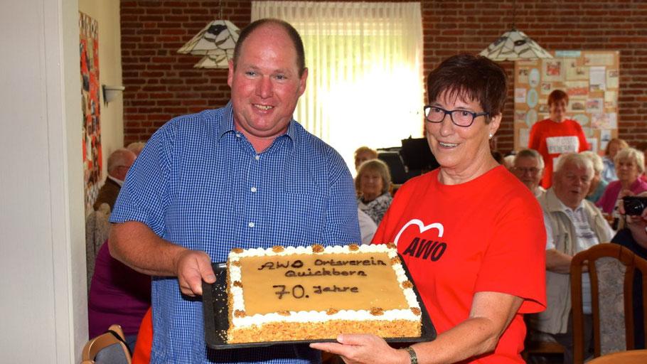 Einen süßen Geburtstagsgruß überreichte Bäckermeistert Rainer Kolls an die AWO-Ortsvorsitzende Elke Schreiber. Die Konditorei Kolls ist nicht nur seit Jahrzehnten Lieferant, sondern unterstützt die AWO auch auf vielfätige Weise.