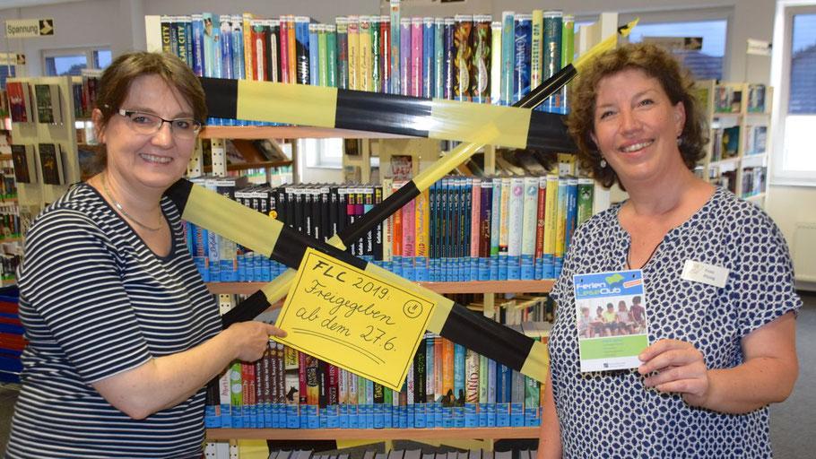 Noch ist das Regal mit den 300 Büchern des FerienLeseClubs gesperrt: Kerstin Kranz und Michaela Ploog (v.l.) freuen sich auf die jungen Leser