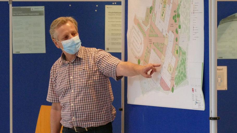Abteilungsleiter Burkhard Arndt erläuterte an einem Schaubild die Pläne für die Außenanlage des Schulzentrums Süd.