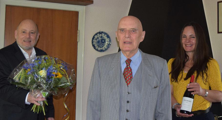 Thomas Beckmann und Annabell Krämer gratulierten Hans Raubold (Mitte) zum 90. Geburtstag