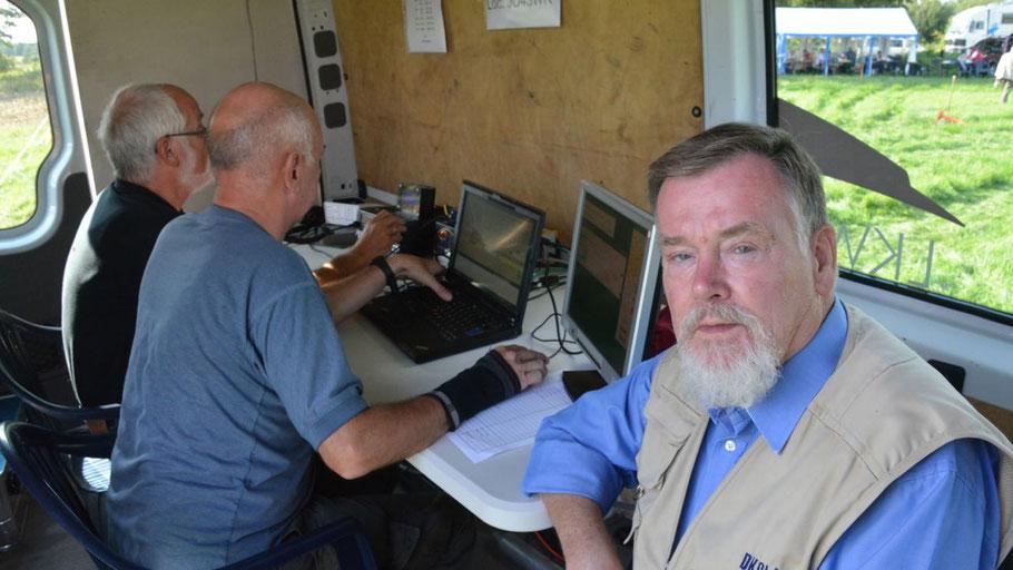 Rolf Strehlau, Vorsitzender des Ortsverbandes Norderstedt, beim Besuch der Funkstation