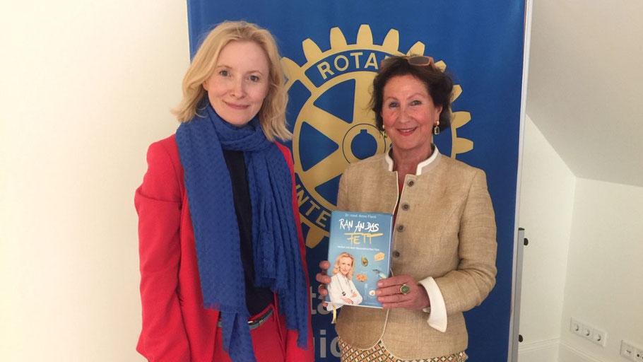 """Rotary-Pressesprecherin Ute Pfestorf konnte zu der Veranstaltung Dr. Anne Fleck (l.) begrüßen, die ihr Buch """"Ran an das Fett"""" mitgebracht hatte."""