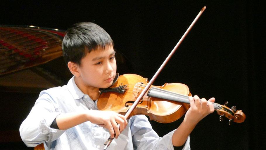 Der erst 12-jährige Nhat-Minh Duong beeindruckte mit seinem virtuosen Violinspiel