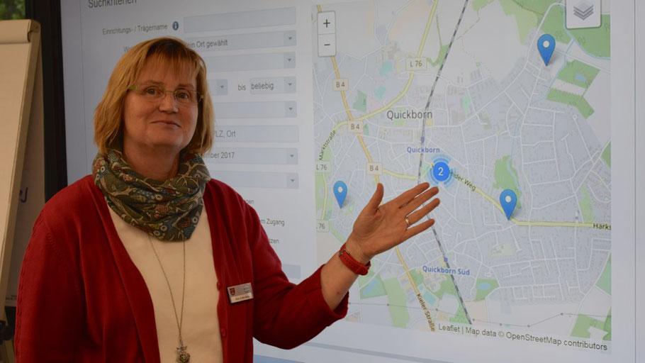 Anja In den Birken, Mitarbeiterin der Quickborner Stadtverwaltung, präsentiert das neue Kita-Portal