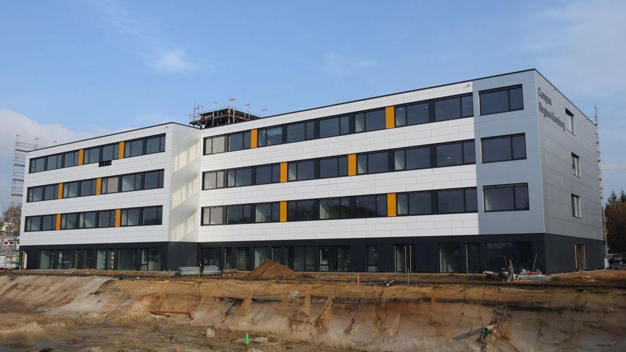 Ein Blickfang für Quickborns Innenstadt: Das neue Campus-Gebäude (hier im Zustand Ende letztes Jahres)