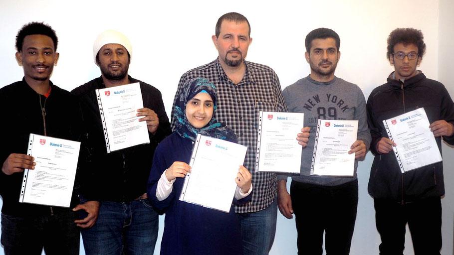 Robel Goitom, Mohammed Al-Hammami, Rasha Alhaziazi, Akram Darwisch, Jamal Kabalan und Abdullah Obaid freuten sich über ihr Zertifikat