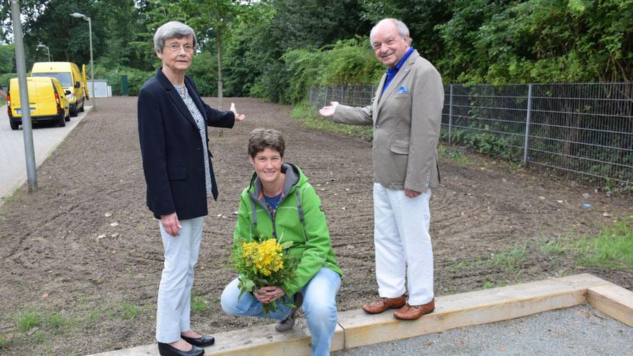 Die Vorstandsmitglieder des Kultur-Vereins Irene Lühdorff, Ann-Christine Schäcke und Johannes Schneider stellten die erste Wildblumenwiese in Quickborn vor.