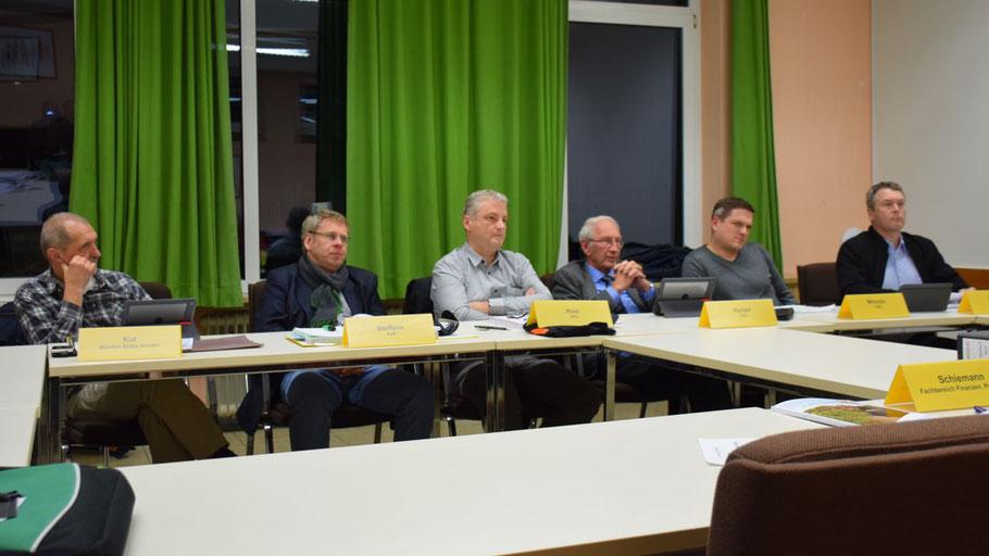 Neben dem Vorsitzenden Wolfgang Tröger (SPD, nicht im Bild) nahmen die Mitglieder Heinrich F. Kut (B90/Grüne), Thomas Steffens (FDP), Dirk Rust (SPD), Klaus-H. Hensel (CDU) , Niko Mitroulisolis, (CDU) und Haiko Hessen (CDU) an der Sitzung teil.