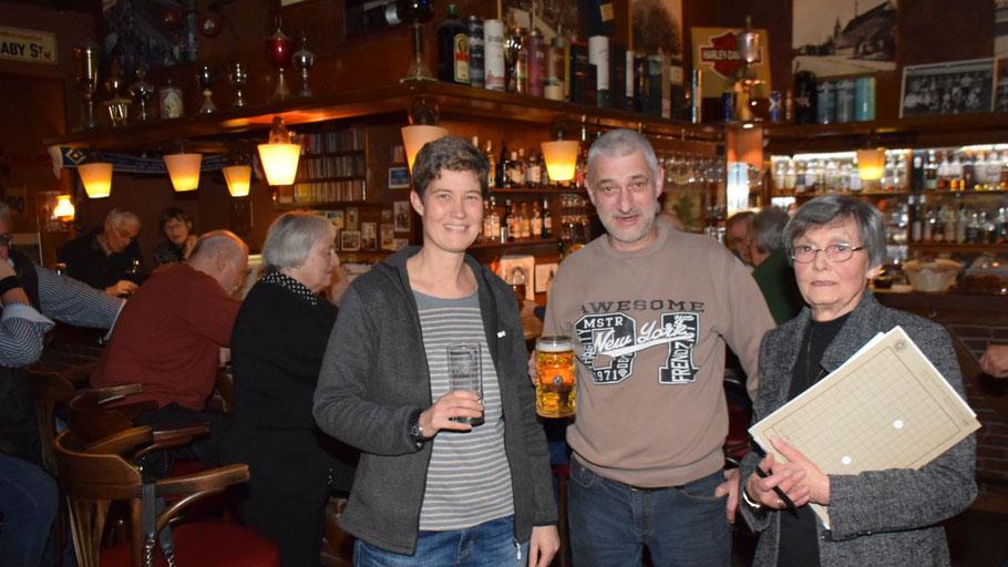 Schatzmeisterin Ann Kristin Schäcke, Gastgeber Olaf Pralle und die 2. Vorsitzende Irene Lühdorff freueten sich über die Gäste bei der Mitgliederversammlung des Kultur-Vereins im Kamphuis.