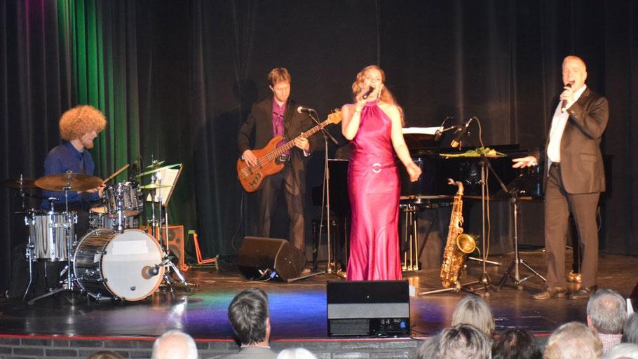 Großer Auftritt für Lillemor Spitzer, Petter Bjällö und das Ensemble Malte Müller (Schlagzeug), Hans-Malte Witte (Bass/Saxophon) und Matthias Grabi (Klavier).