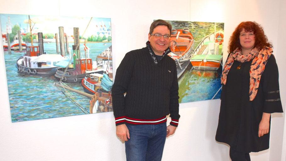 Auch Bürgermeister Köppl freut sich über die farbenprächtigen Bilder von Tanja Gott in seinem Amtszimmer