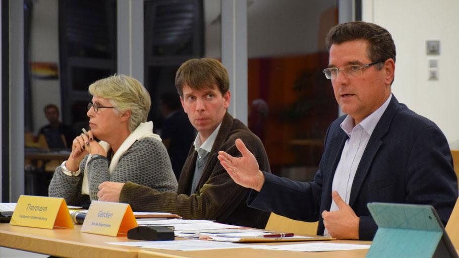 Friederike Lattmann, Felix Thermann und Ralf Gercken erläuterten die Beschlussvorlage zur Bevölkerungs- und Gemeinbedarfsentwicklung bis 2030.