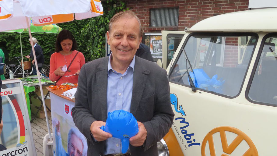 Mit dem Wa(h)l-Mobil auf Stippvisite in Quickborn: der CDU-Direktkandidat Michael von Abercron