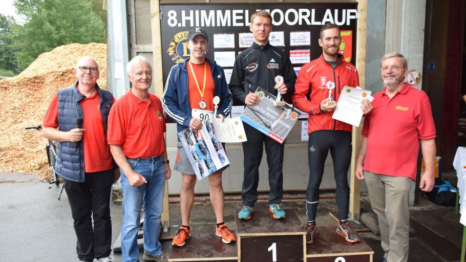 Die Sieger des Hauptlaufes Mirko Reimann (1. Platz), Dennis Krumfuss (2. Platz) und Peder Martin Giering Fejerskov (3. Platz), umrahmt von den Lions Jürgen Dunkhase, Prof. Dr. Hans-Jürgen Mest und Bernd Harnack.