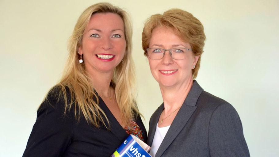 VHS-Leiterin Anette Ehrenstein und Claudia Steenwerth,  Berufs-Koordinatorin (v.l.), haben die Zulassung in  Schleswig-Holstein und Hamburg für die Bildungsurlaube  erhalten.