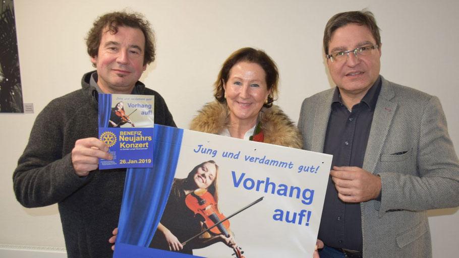 Die Rotarier Markus Steffen und Ute Pfestorf sowie Bürgermeister und Rotarier Thomas Köppl freuen sich aur einen regen Besuch der Benefizveranstaltung
