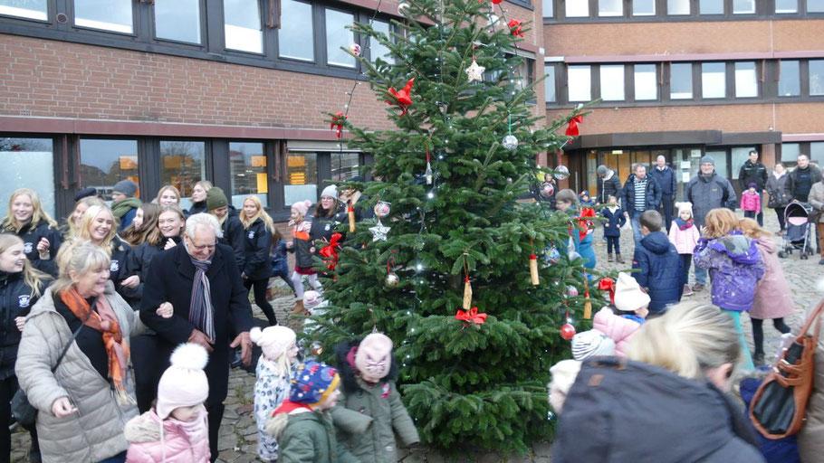 Angeführt von Boxholms Stadtoberen tanzten die Lucia-Mädchen um den Weihnachtsbaum vor dem Rathaus