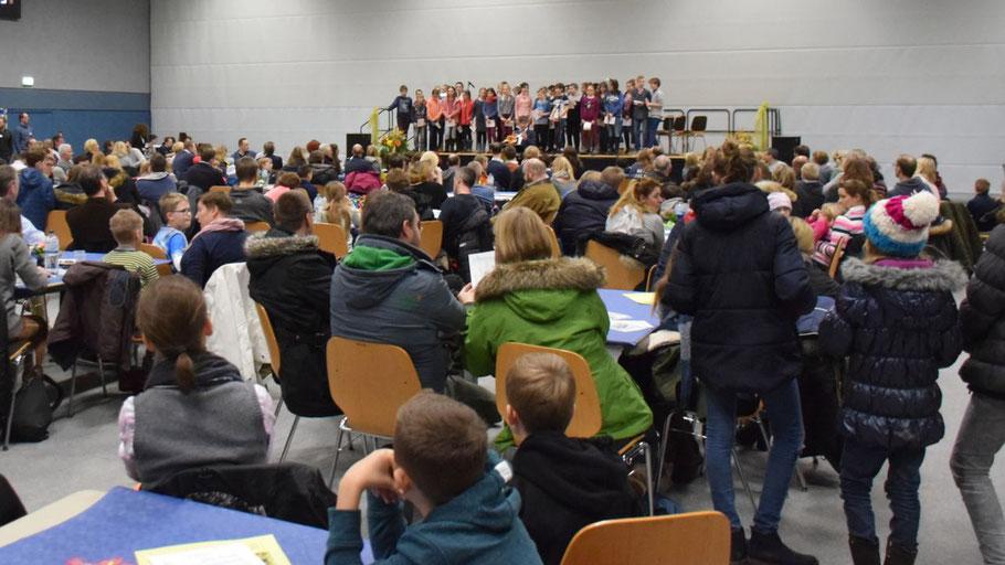Voll besetzt war die Sporthalle des Elsensee-Gymnasiums, als der Schulchor die Informationsveranstaltung eröffnete