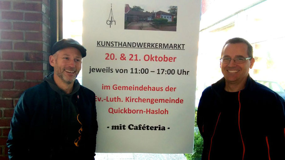 Der Gemeindepädagoge Philipp Wirtz und Kirchenmusiker Michael Schmult (v.l.) freuen sich, den Kunsthandwerkermarkt jetzt im Gemeimdehaus anbieten zu können