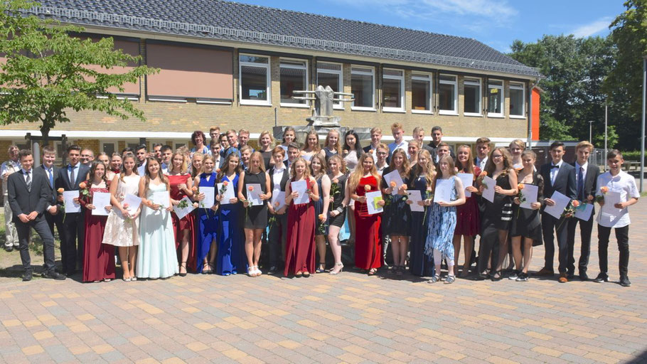 Ein Teil der erfolgreichen Schüler und Schülerinnen stellte sich nach der Zeremonie dem Fotografen
