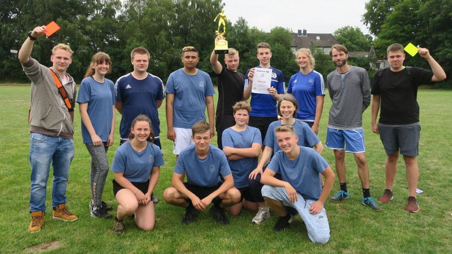 Die erfolgreiche Klasse 9d mit ihrem Pokal / Foto: Bernhardt/Comenius-Schule