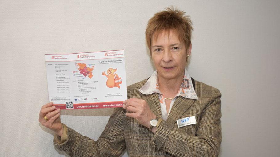 WEP-Prokuristion Gudrun Kellermann stellt das Informationsmaterial zum Gründungscamp vor