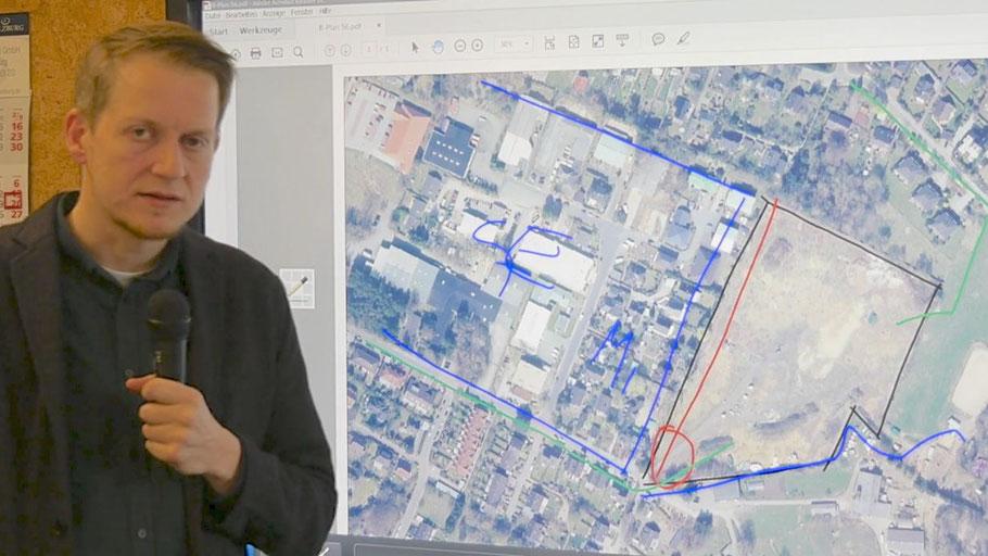 Stadtplaner Lasse Friedel stellt im Video die Planungen für das neue Wohngebiet (rechts, schwarz umrandet) vor. Ein Geh- und Radweg soll den Hermann-Löns-Weg mit der Theodor-Storm-Straße verbinden (rot).
