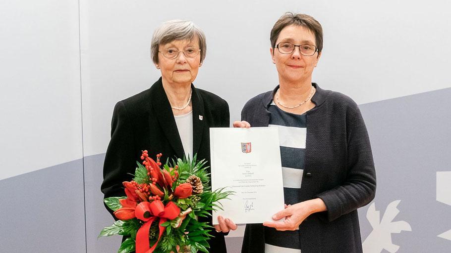 Die Stellvertretende Ministerpräsidentin Monika Heinhold überreichte Irene Lühdorff (l.) die Ehrenurkunde