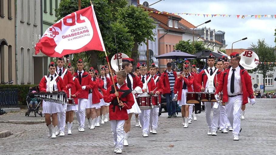 Mit begeisternden Rhythmen zog die Jugend Brass Band Quickborn im großen Umzug mit