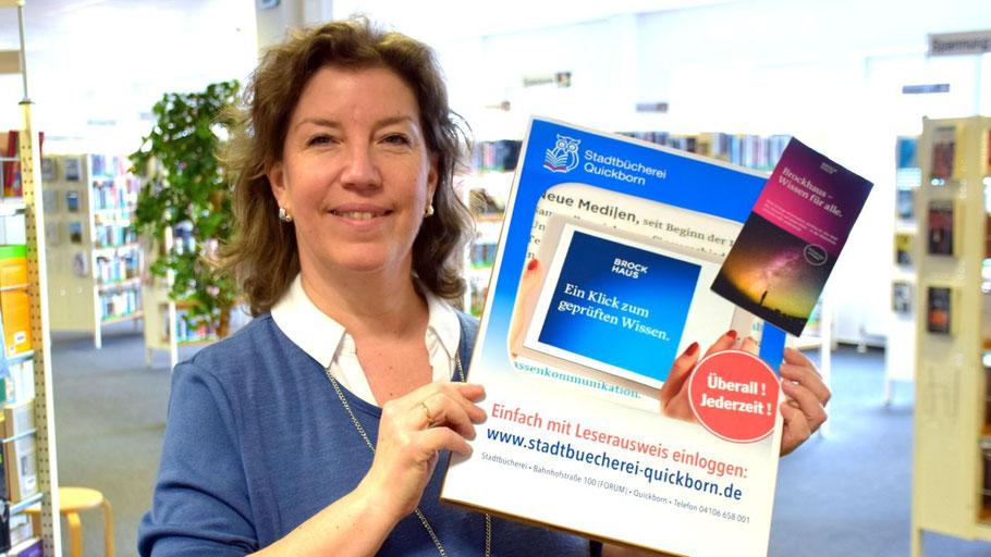 Stadtbücherei-Mitarbeiterin Michaela Ploog präsentiert das neue Online-Angebot der Bücherei.