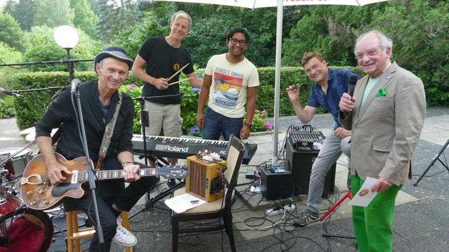 Zum SummerJazz 2021 konnte Johannes Schneider mit Abi Wallenstein (l.) und den Boogielicious eine Ikone des Blues in Quickborn begrüßen