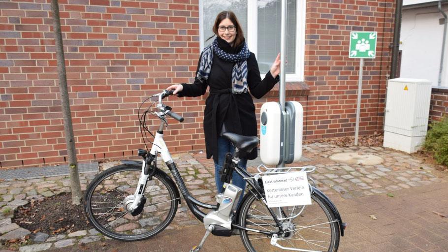 Pressesprecherin Jeannine Kuper stellte die neue Ladestation vor dem Kundenzentrum der Stadtwerke vor. Das e-Bike können übrigens Stadtwerke-Kunden kostenlos ausleihen.