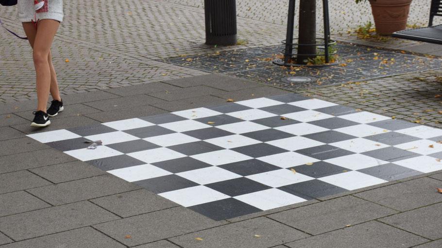 Wenn jetzt noch schönes Wetter kommt, steht einer Schachpartie am Forum nicht mehr im Wege.