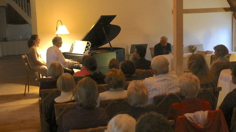 In fast familiärem Ambiente präsentierte der Renzeler Pianist Hartwig Karstens sein Programm.