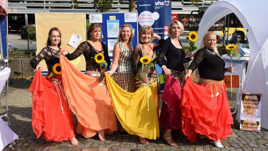 Die Bauchtanzgruppe der Volkshochschule Quickborn bot bei ihrer Vorführung ein farbenfrohes Bild.