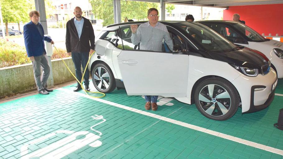 Stadtentwickler Felix Tehrmann, Projektleiter Florian Unger und Bürgermeister Thomas Köppl präsentierten die neue e-Ladestation und auch gleich den neuen elektrischen BMW i3, der jetzt bei der Stadt im Einsatz ist.