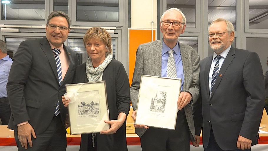 Mit Kupferstichen der Marienkirche und des Himmelmoores bedankten sich Bürgermeister Thomas Köppl und Bürgervorsteher Henning Meyn im Namen der Stadt Quickborn bei Klaus-H. Hensel  und seiner Frau Liselotte für das langjährige Engagement