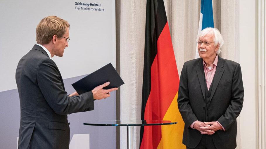 Ministerpräsident Daniel Günther überreichte Carlo von Tiedemann die Urkunde (Foto: Landesregierung)