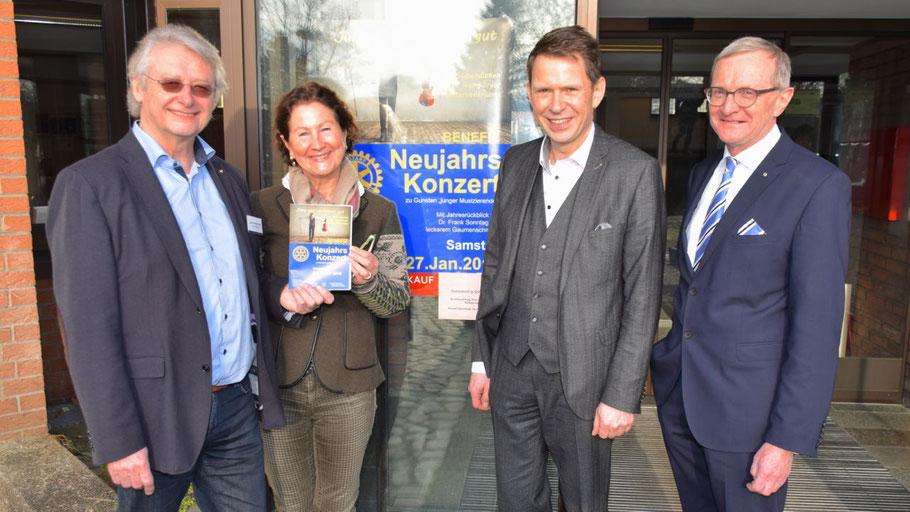 Heinz Wiedemann und Ute Pfestorf stellten für die Rotarier das Programm vor, die Vorstandsmitglieder Uwe Augustin und Dr. Horst Alsmöller vertraten den Hauptsponsor, die Volksbank Pinneberg-Elmshorn (v.l.n.r.)