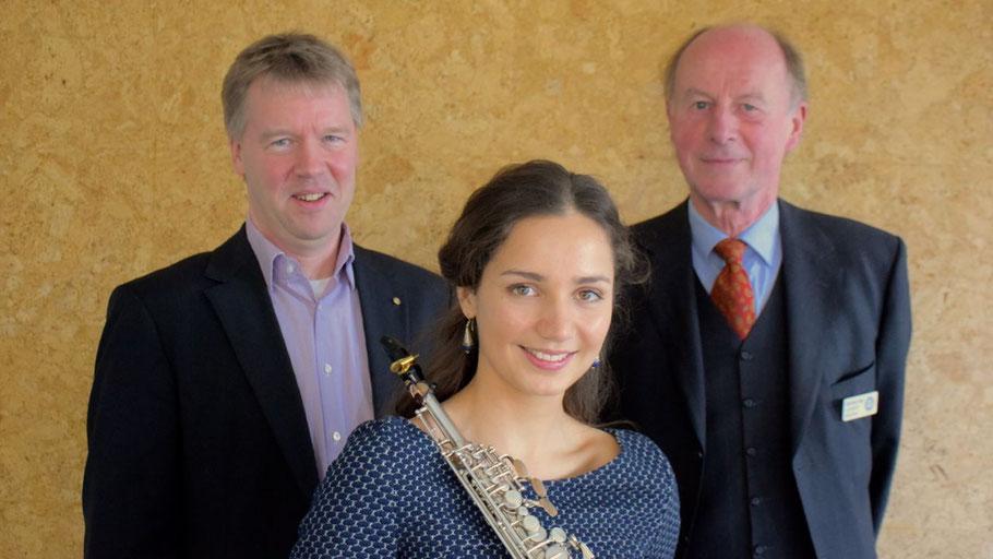 Asya Fateyeva mit Organisator Gunnar Becker (l.) und Club-Präsident Rolf-Peter Dröge