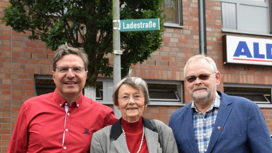 Bürgermeister Thomas Köppl, Irene Lühdorff, Leiterin der Geschichtswerkstatt, und Bürgervorsteher Henning Meyn enthüllten gemeinsam das neue Straßenschild (v.l.)