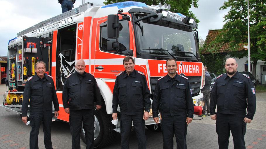 Wehrführer Wido Schön begrüßte das neue Fahrzeug mit dem Abhol-Team Daniel Dähn (stellv. Wehrführer), Jan Bestmann (Maschinisten-Ausbilder), Daniel Hafemann (Gerätewart) und Emin Abay (Beschaffungsgruppe) v.l.