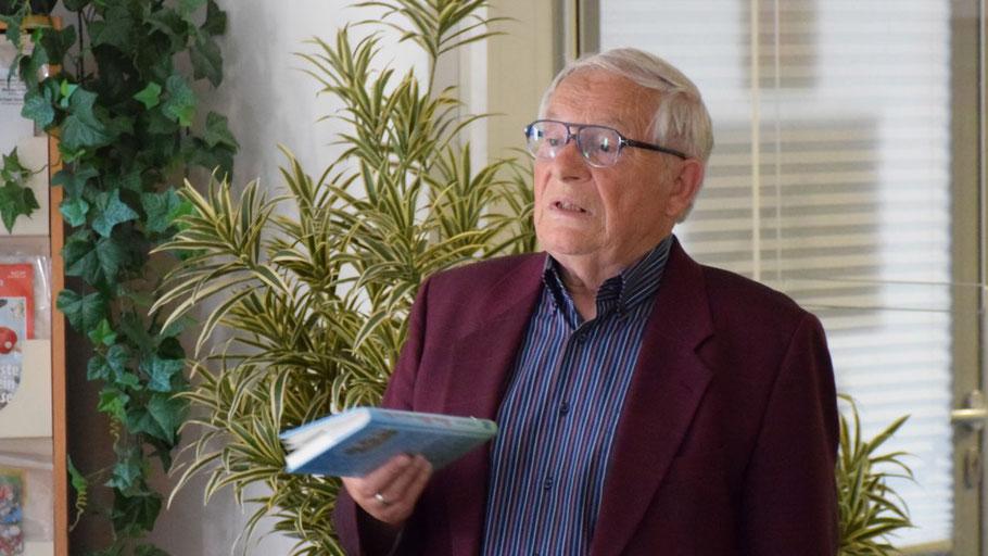 """Sehr lebendig trug  Peter Jäger aus seinem Buch """"Bienen, Blüten und ein Moor"""" vor"""