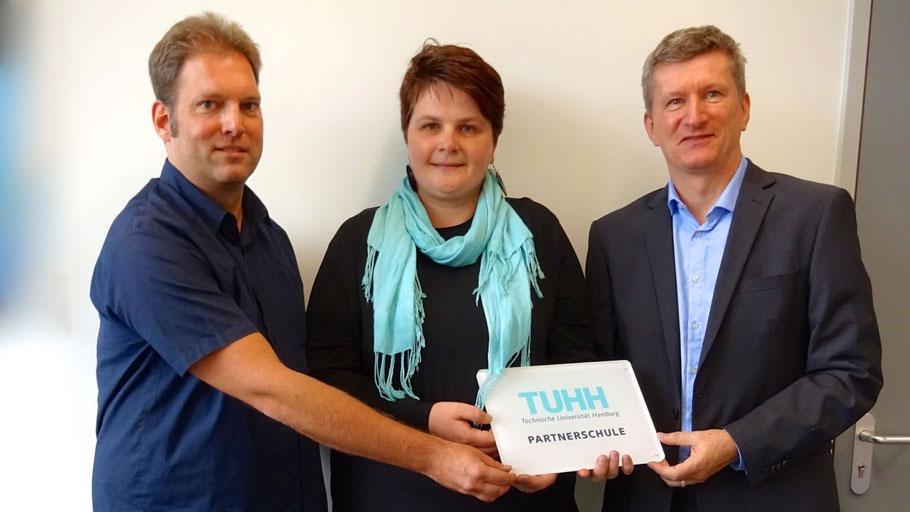 Nina Schulte (TUHH) übergab die Kooperations-Urkunde an Initiator Stefan Helms und Schulleiter Dr. Manfred Brandt