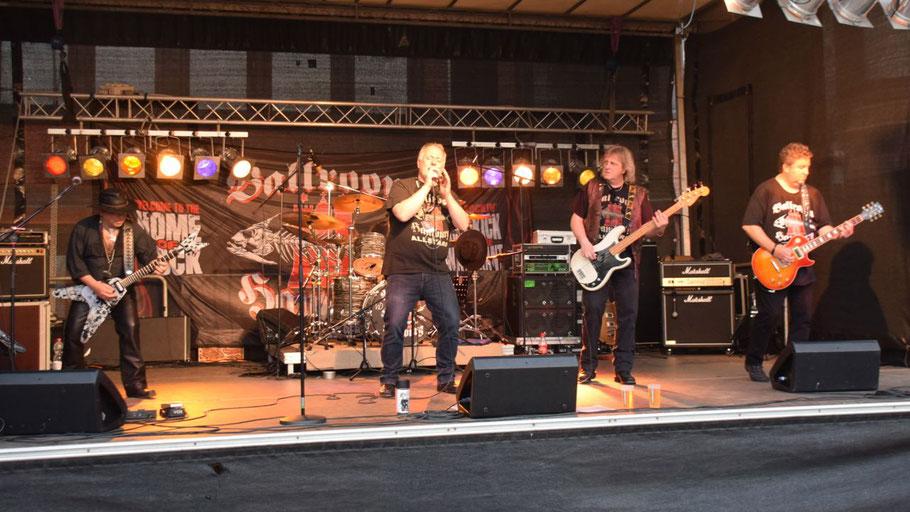 Die Ballroom Hamburg Allstars begeisterten zum Auftakt des Familienfestes mit (Hard-)Rock-Klassikern.